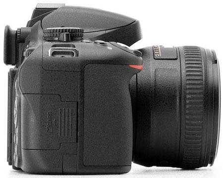 Цифровая зеркальная фотокамера Nikon D5100 (вид справа)
