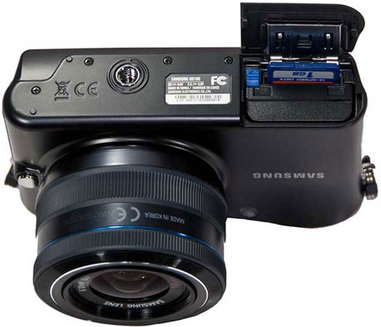 Системная цифровая фотокамера Samsung NX-100 (вид снизу)